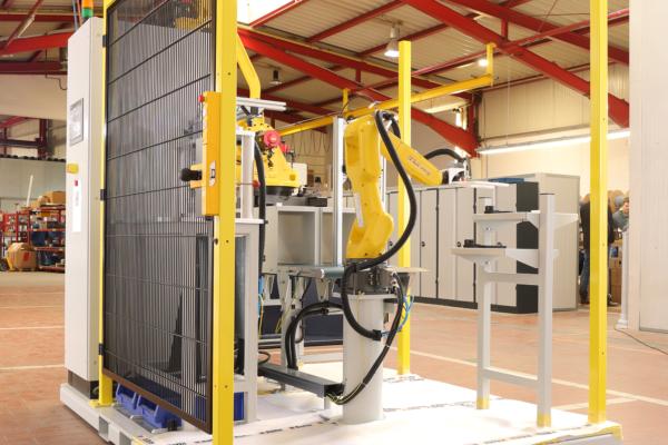 Kompakte Roboterzelle für die automatisierte Lochung
